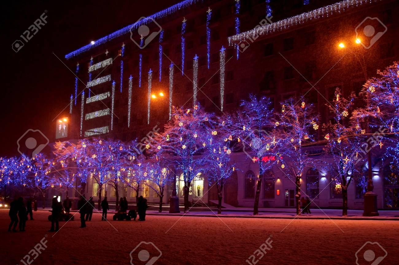 Immagini stock colore dellilluminazione natalizia sugli alberi