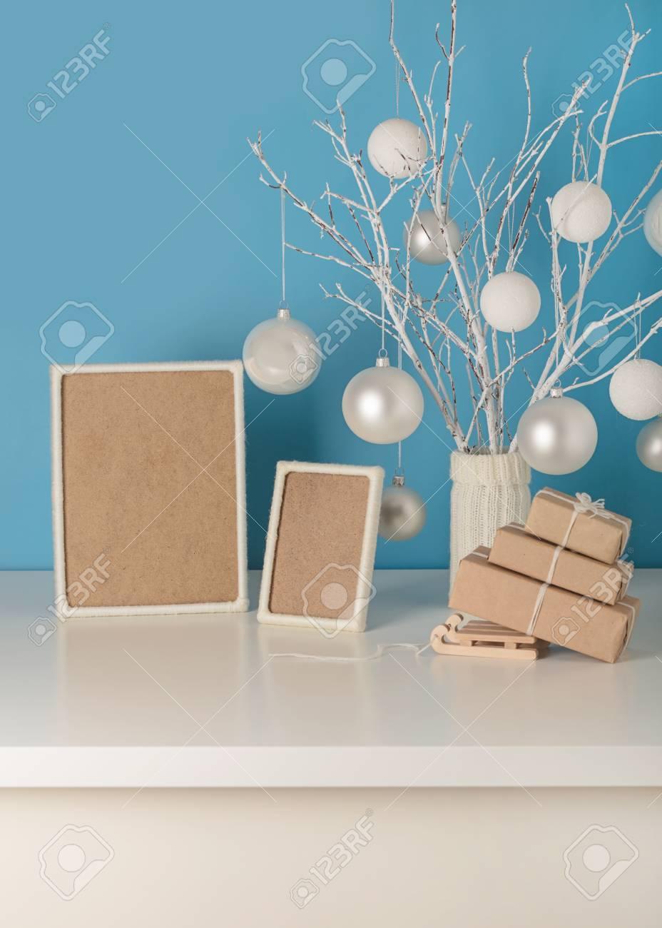 Florero De Punto Blanco Con Ramas Blancas Y Juguetes De Navidad ...
