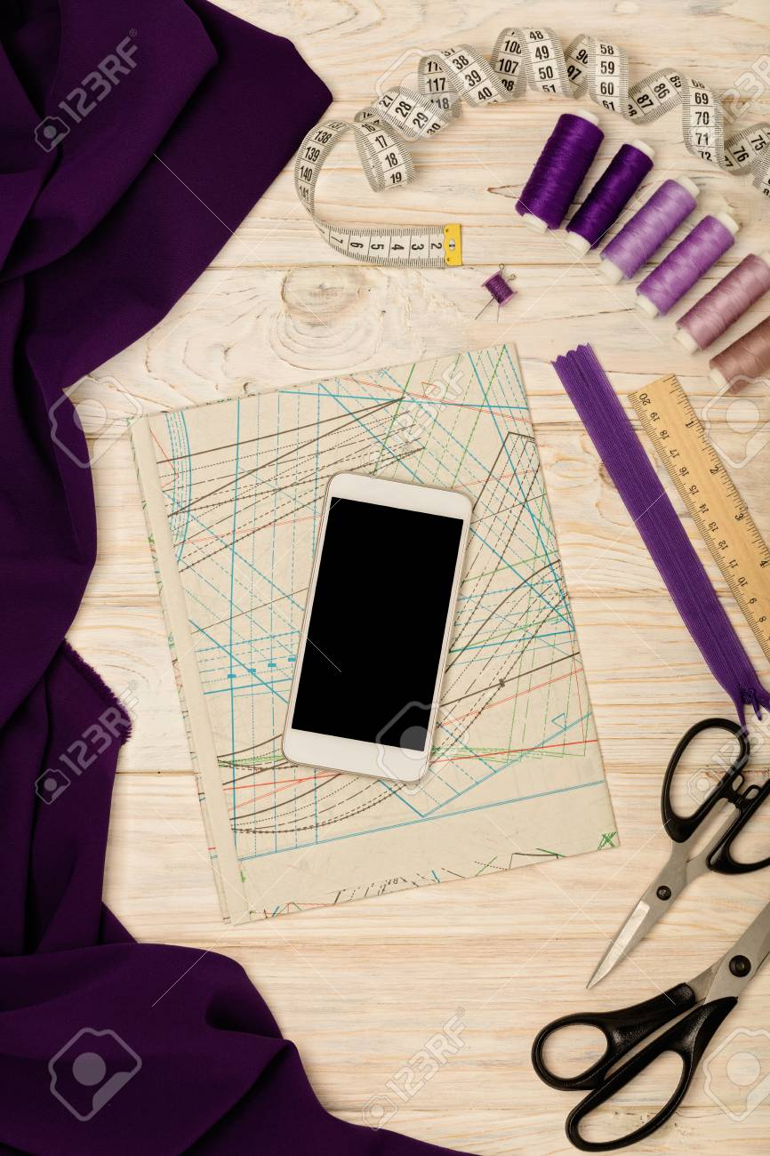 Accesorios De Costura, Tela, Patrones Y Un Teléfono Móvil De Color ...