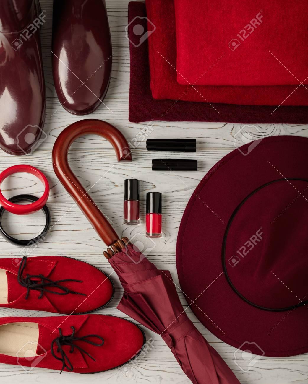 Tendenza moda autunno inverno. Abbigliamento, scarpe e accessori di diverse tonalità di rosso e cremisi. Messa a fuoco selettiva