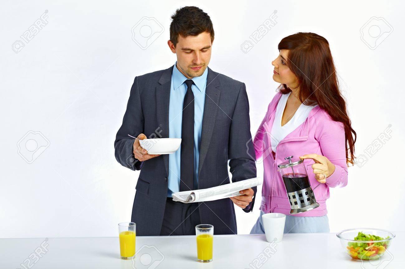 Business Man Lesen Zeitung In Der Küche Vor Gehen Zur Arbeit Und ...