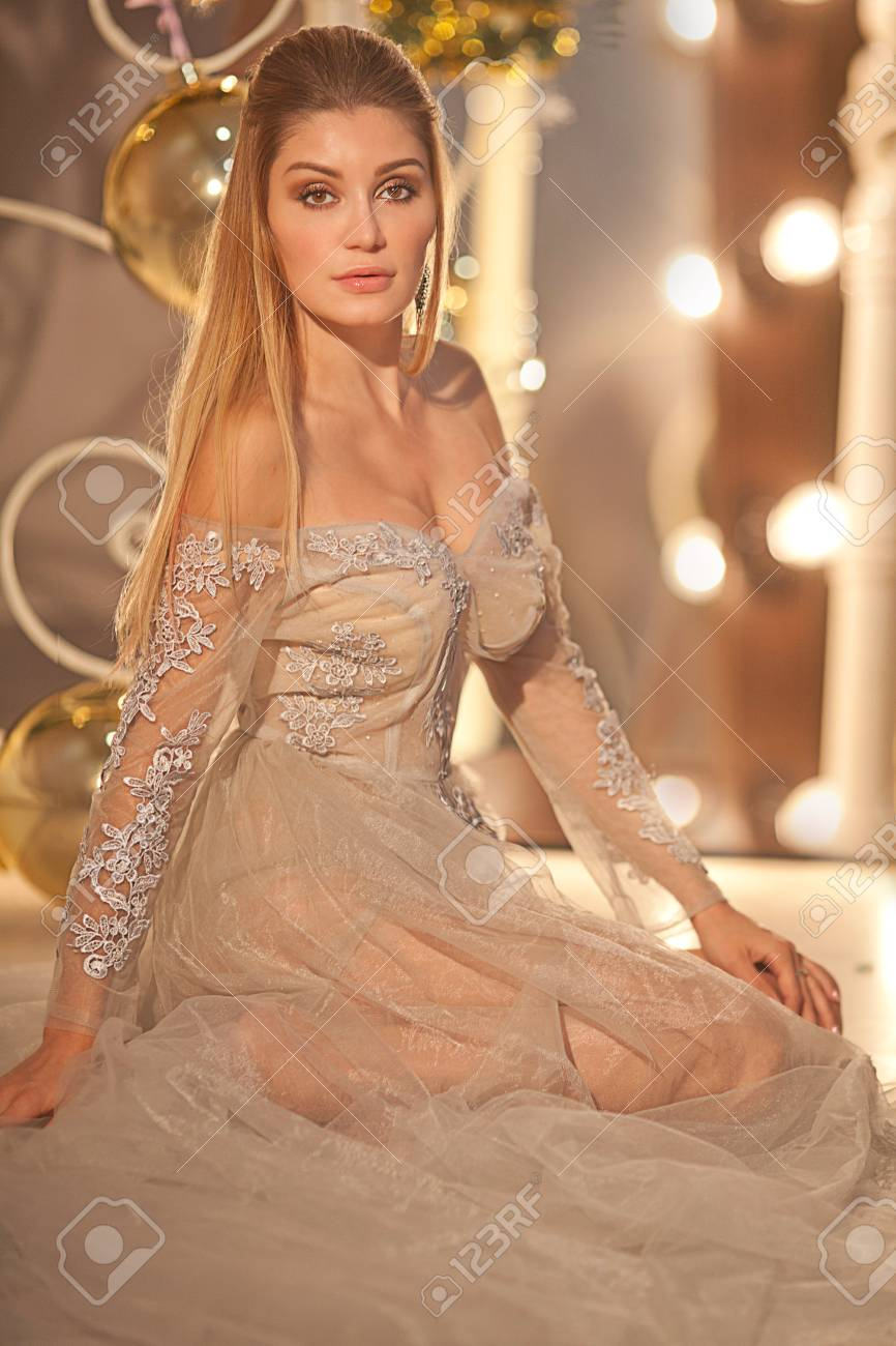Lange Haare. Schönes Brunette-Mädchen in der Mode Luxus-Kleid-Stil. Gesunde  welligen Frisur.