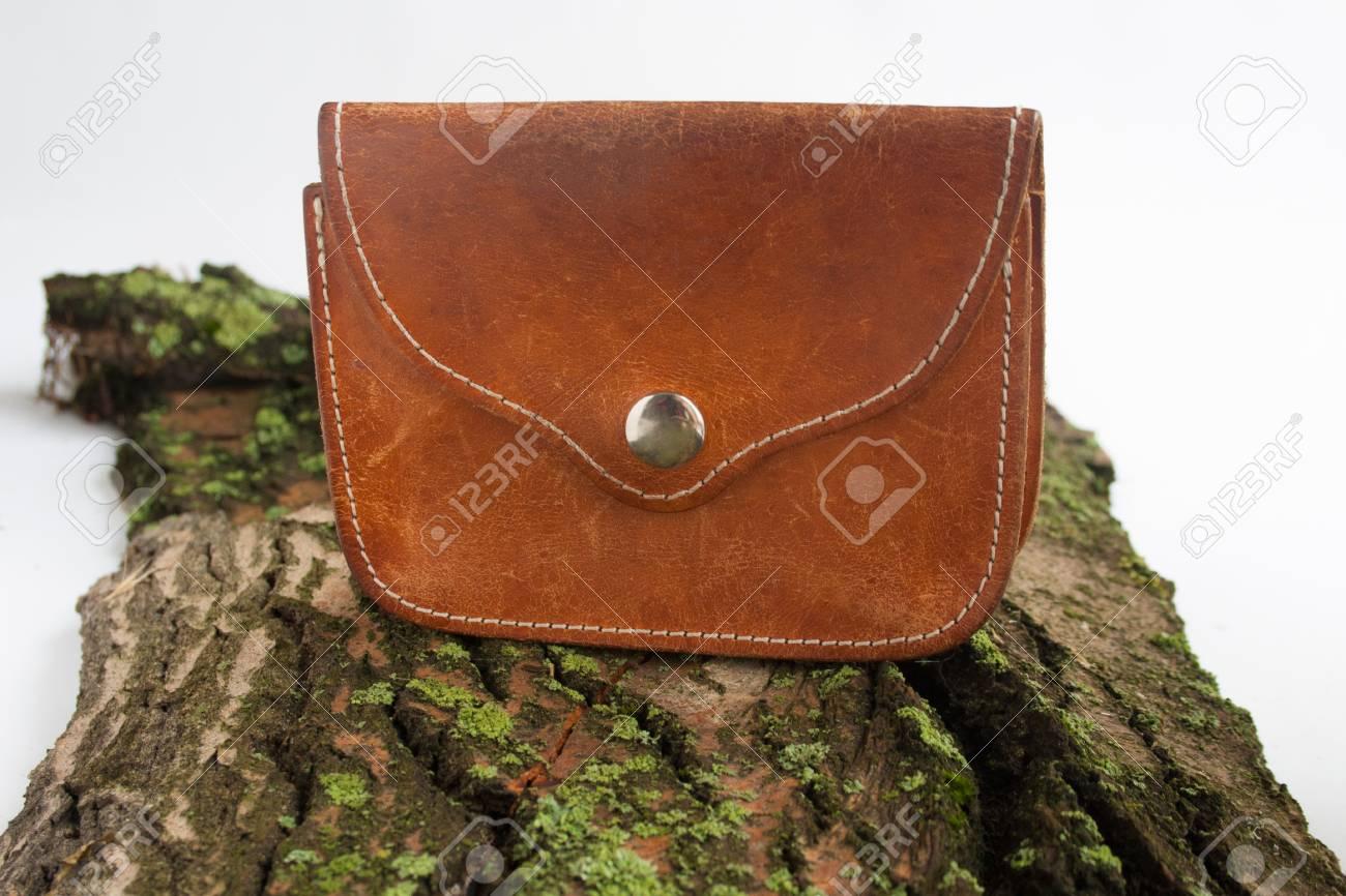 Ancien porte-monnaie en cuir véritable sur