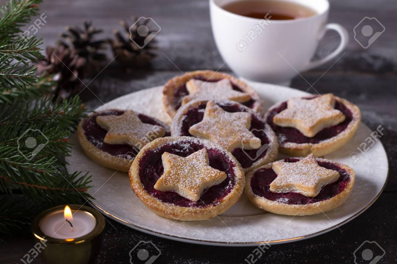 Biscotti Di Natale Con Marmellata.Biscotti Di Festa Di Natale Con Marmellata Di Mirtilli Spolverati Di Zucchero In Polvere Su Un Tavolo In Legno Con Decorazioni Natalizie Tradizionali