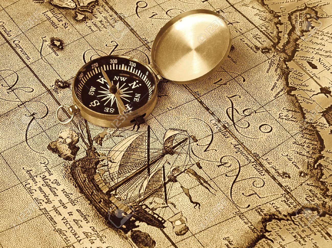 Una Brújula Se Encuentra En Un Mapa De La Edad Antigua Fotos