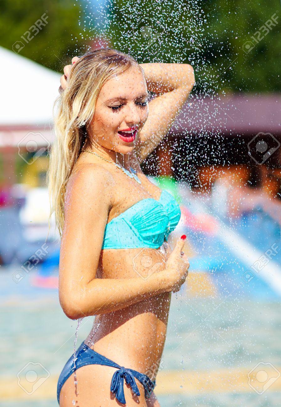 Blondine beim duschen