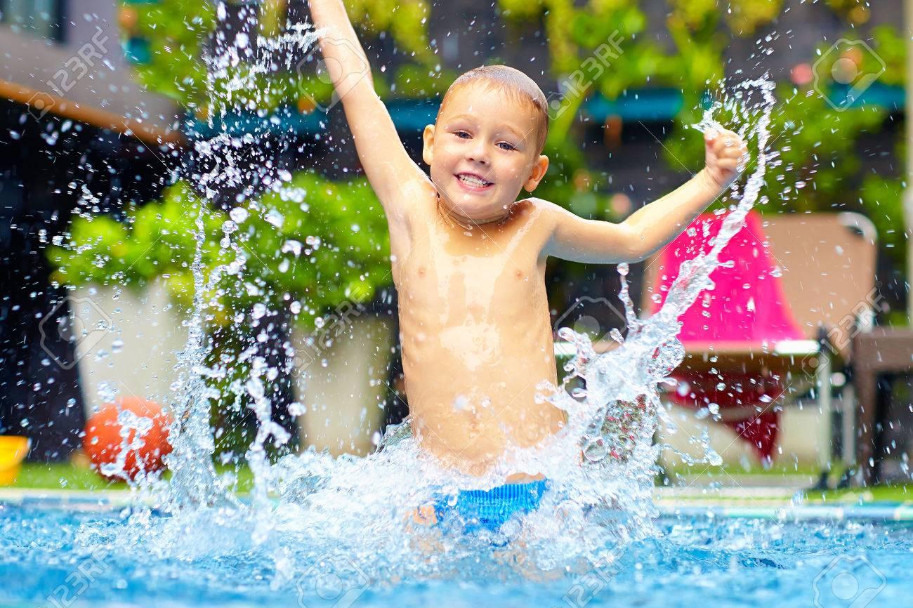 Angeregt Glückliches Kind Junge Springt In Pool Wasserspaß