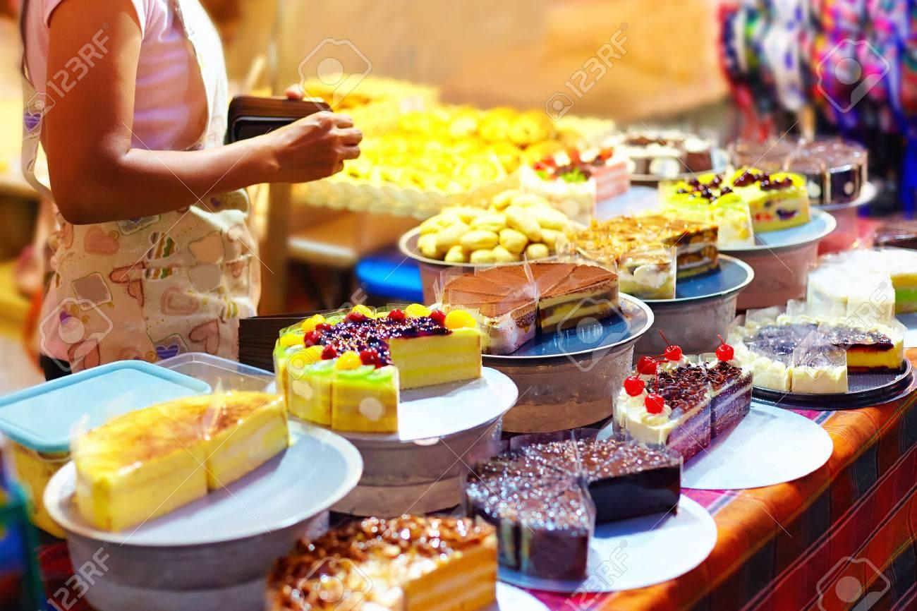 Susse Leckere Kuchen Auf Dem Display An Geback Stall In Der Nacht Strassenmarkt