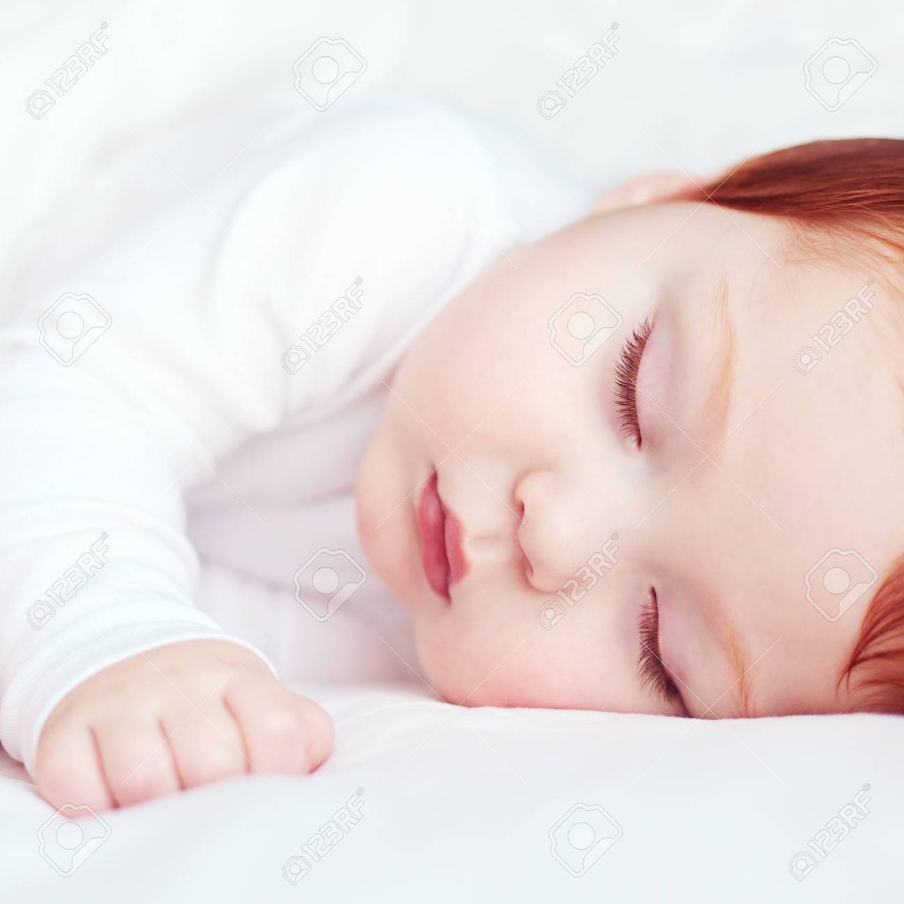 Redhead Hermoso Bebé Lactante Dormir En La Cama Fotos, Retratos ...