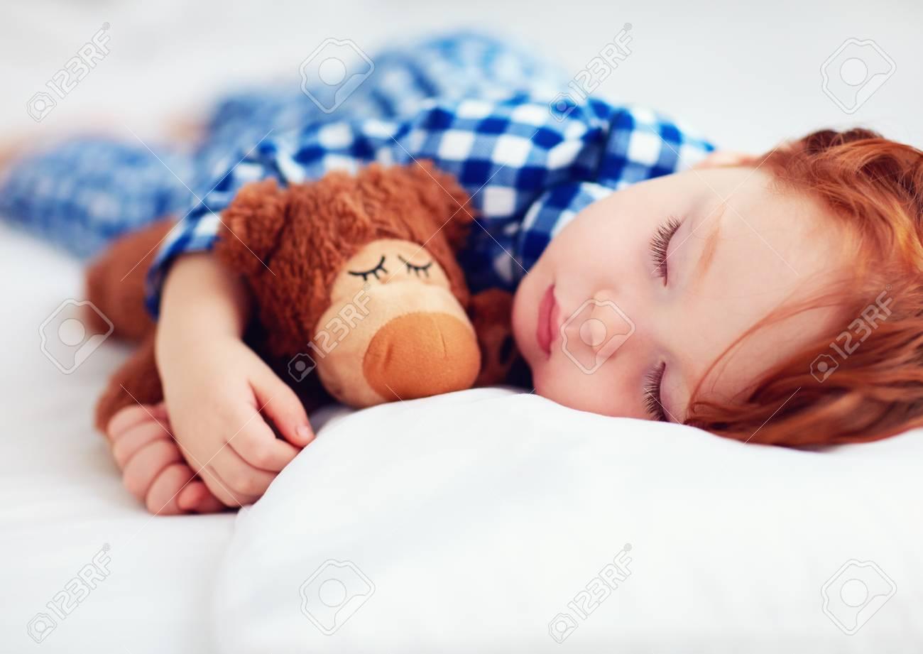 prezzo ufficiale miglior prezzo per tecniche moderne Bambino adorabile bambino rosso in pigiama di flanella che dorme con  peluche più caldo giocattolo