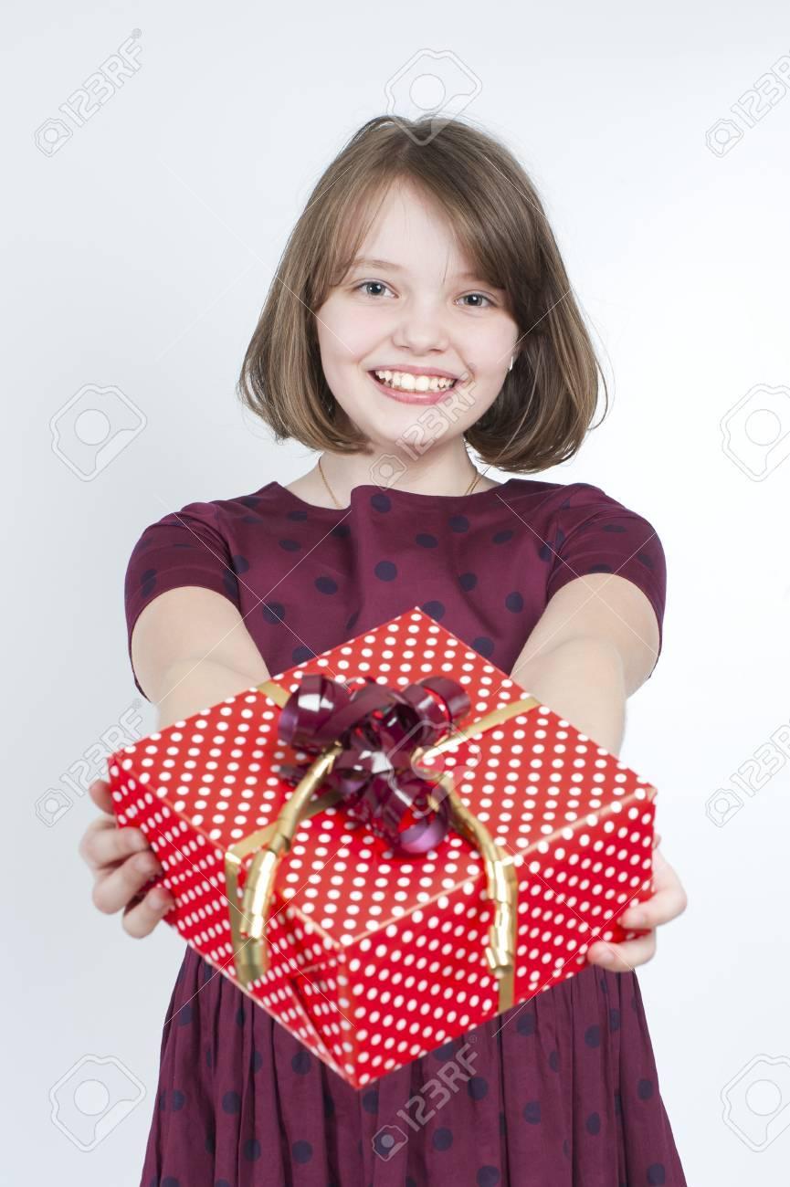 Das Mädchen Hält Ein Geschenk. Alter 10 Jahre. Studio Fotografie Auf ...