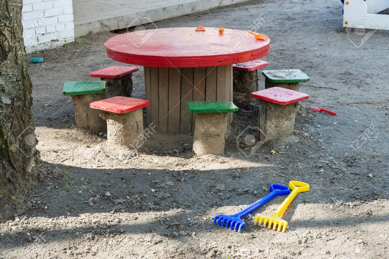 Sgabelli tabella giocattoli sul parco giochi di scuola materna foto