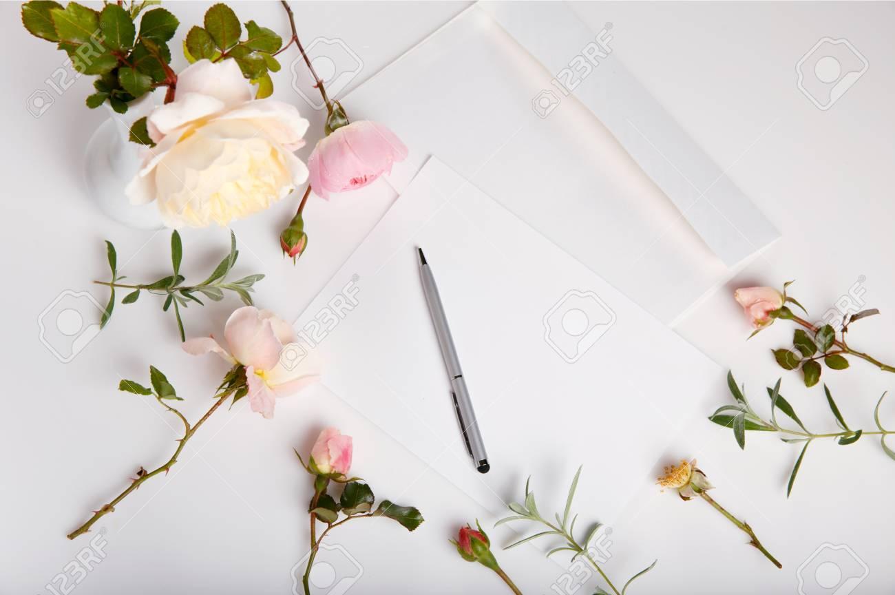 El Tiro Plano De La Endecha De La Letra Y El Sobre Blanco En El Fondo Blanco Con Inglés Rosado Se Levantaron Tarjetas De Invitación O Carta De Amor