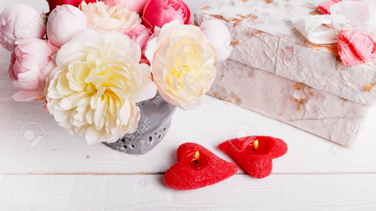 Ramo De Rosa Inglés En Florero Regalo Velas Rojas En Forma De Corazón Cinta Tarjeta De Felicitación Invitación En Colores Pastel Ligeros
