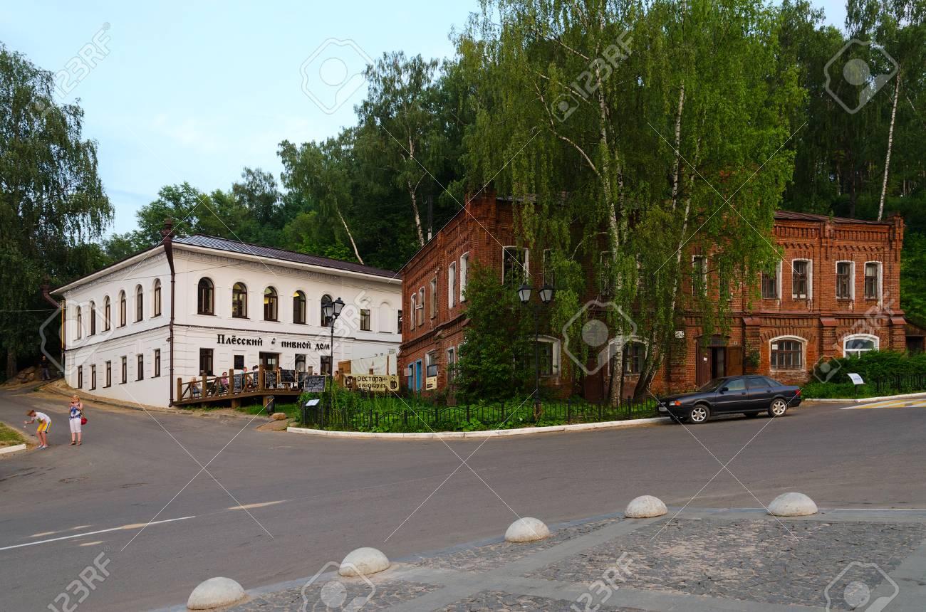Parejas Rusia 20 De Julio 2016 Personas No Identificadas Están Relajando En La Terraza De Plessky Casa De La Cerveza Restaurante Cervecería