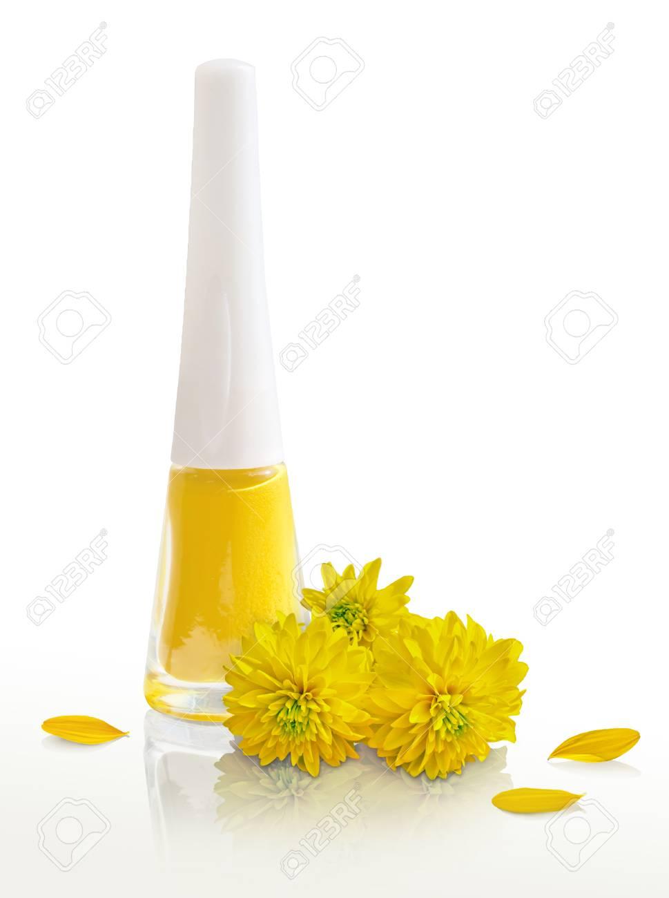 Esmalte De Uñas Y Amarillas Flores Amarillas Los Pétalos En Un Fondo Blanco