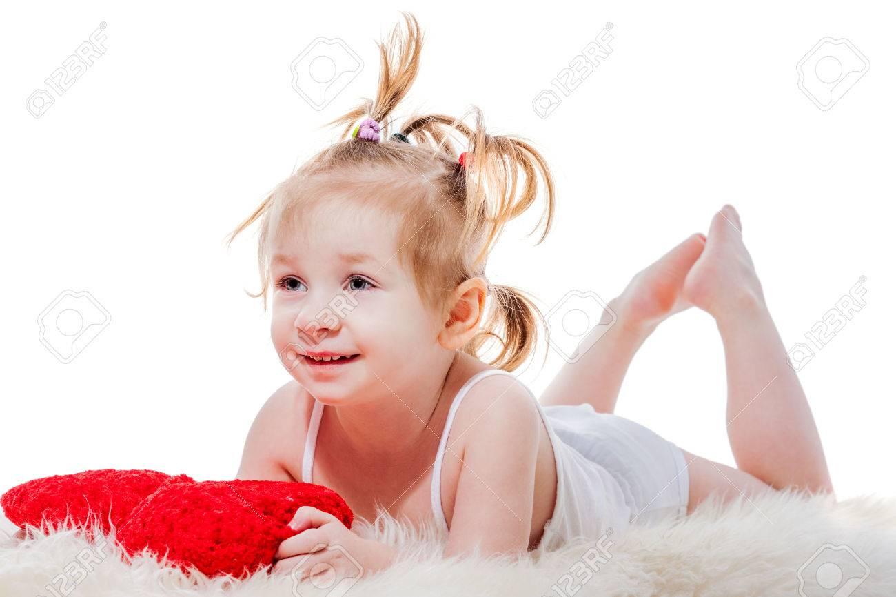 Kussen Voor Peuter : Grappig gelukkig peuter meisje liggend in bed met kussen