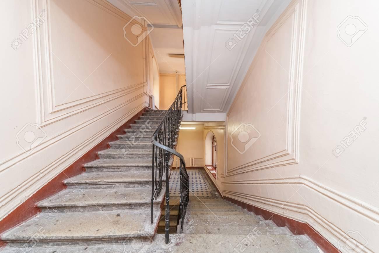 Couleur D Escalier entrée vide dans immeuble couleur cage d'escalier beige banque d