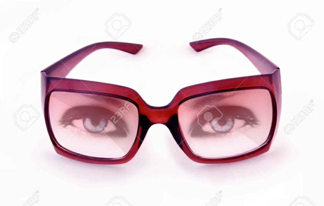 Banque d images - Lunettes de soleil roses et les yeux bleus isolé un fond  blanc 8f64715ffa4a