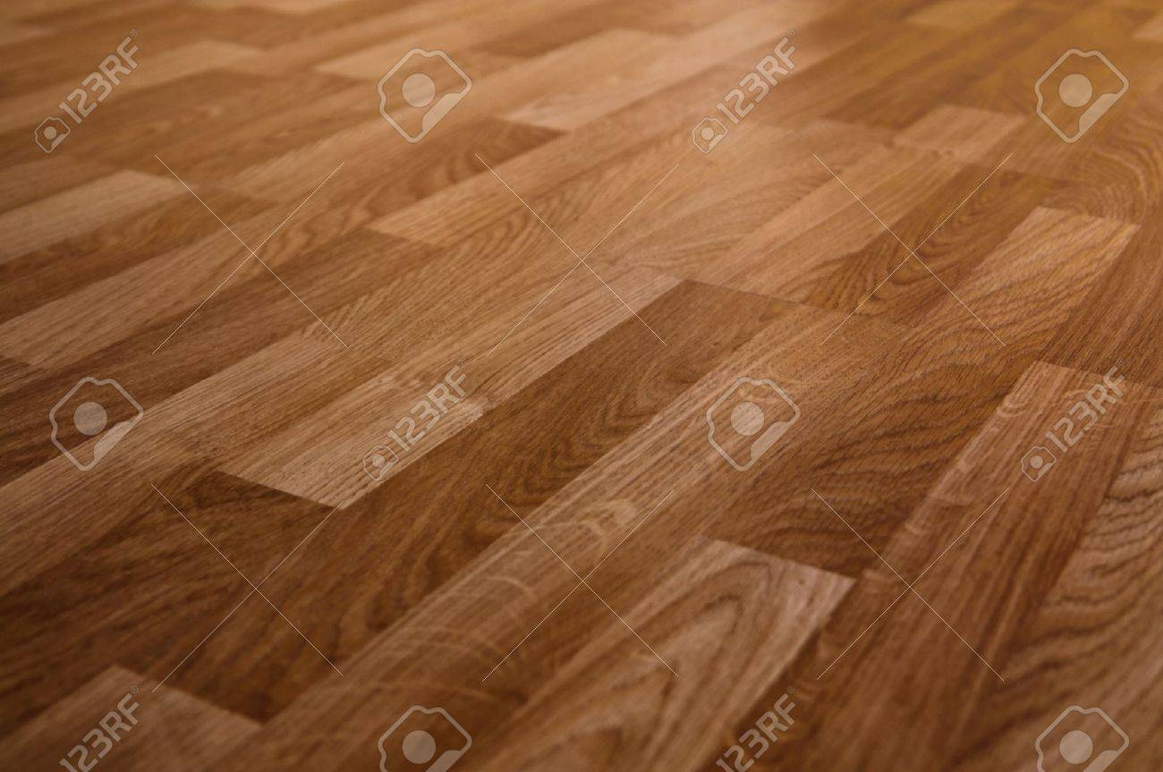 The floor of the light brown laminate diagonally - 16556499