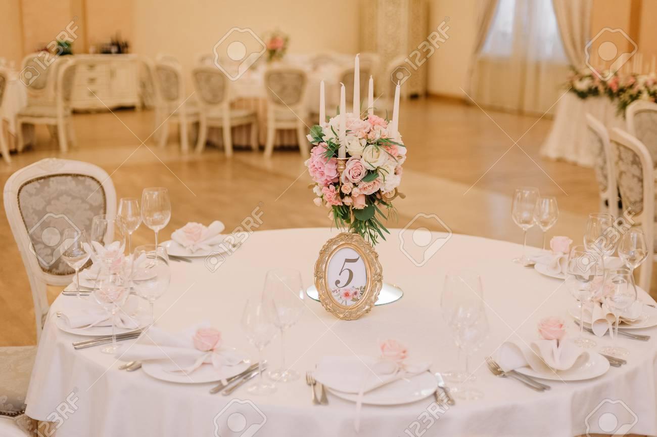 Deco De Table Bougie décoration de table de mariage avec les roses blanches et roses, des  ?illets et des bougies