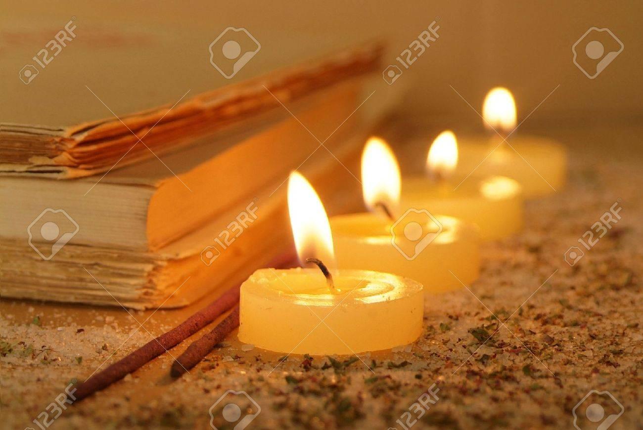 Sfeer Met Kaarsen.Esoterische Sfeer Gecrea Erd Met Kaarsen Oude Boeken En Wierook