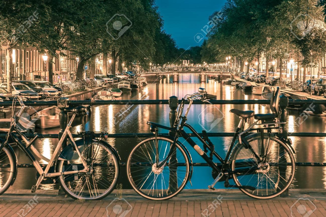 Nachtbeleuchtung Von Amsterdam Kanal Und Brücke Mit Typisch ...