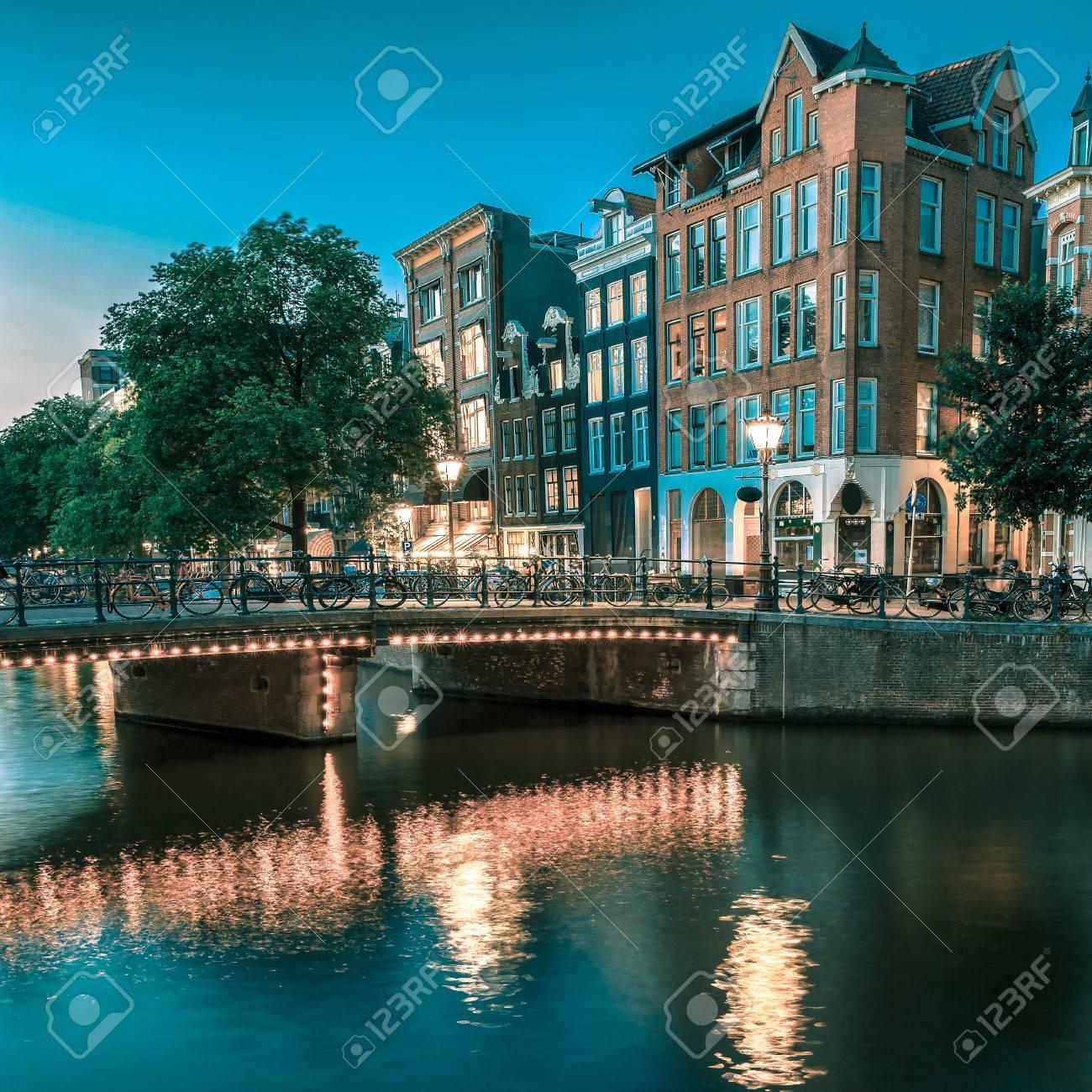 Nacht Blick Auf Amsterdam-Kanal, Typisch Holländischen Häusern Und ...