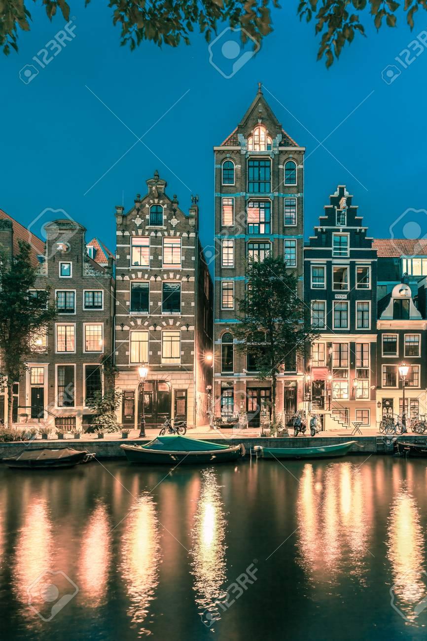Nacht Blick Auf Die Stadt Von Amsterdam-Kanal Herengracht, Typisch ...