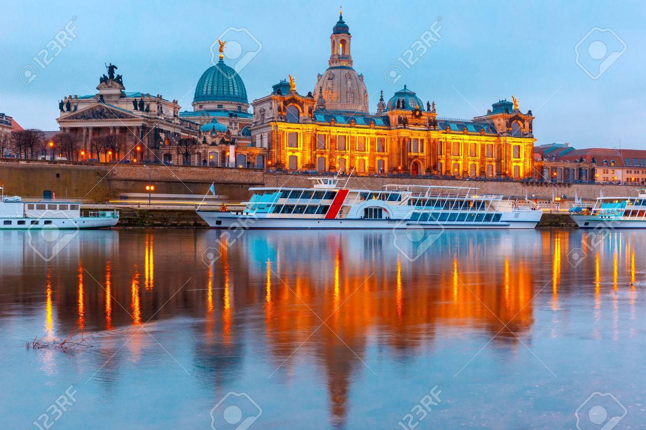 Academia De Bellas Artes Los Barcos Turísticos Y Terraza De Bruehl También Conocido Como El Balcón De Europa Con Reflejos En El Río Elba En La Noche