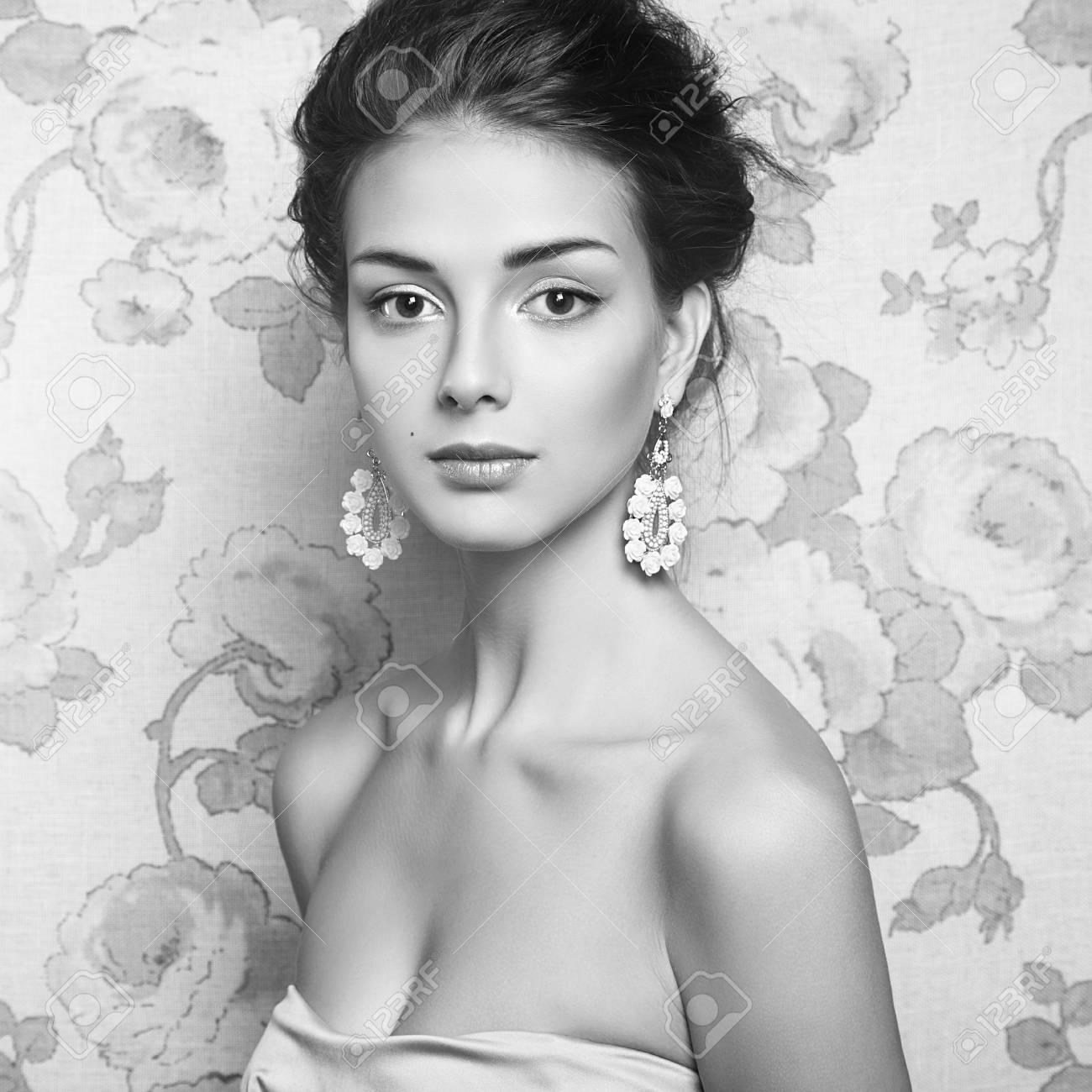 Retrato En Blanco Y Negro De Modelo De Mujer Hermosa Con Maquillaje Fresco Y El Peinado Romántico Chica De Belleza Con Maquillaje Profesional