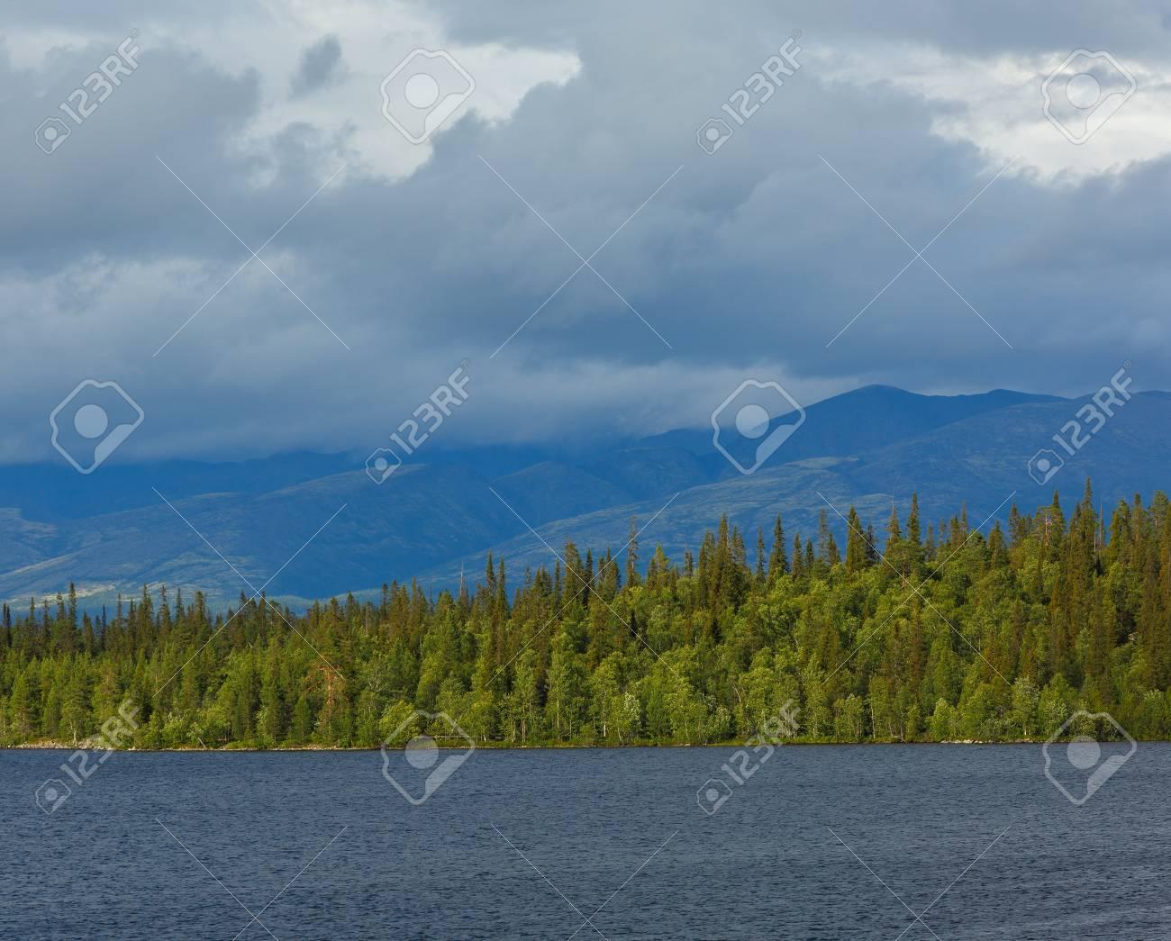 ヒビヌイ山脈の景色。イマンドラ...