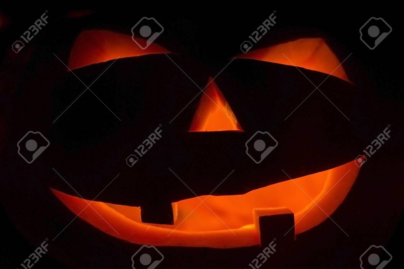 Facce Zucche Di Halloween.Zucche Spaventose Di Halloween Su Una Priorita Bassa Nera Le Facce Ardenti Spaventose Sono Dolcetto O Scherzetto