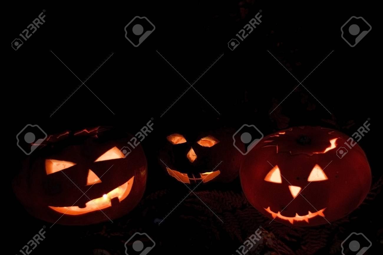 Facce Zucche Di Halloween.Zucche Spaventose Di Halloween Isolate Su Una Priorita Bassa Nera Le Facce Ardenti Spaventose Sono Dolcetto O Scherzetto
