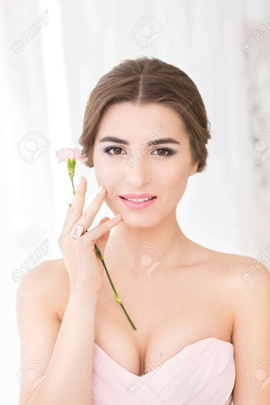 Schöne Junge Braut Mit Hochzeit Make Up Und Frisur Im Schlafzimmer, Frisch  Verheirateten Frau