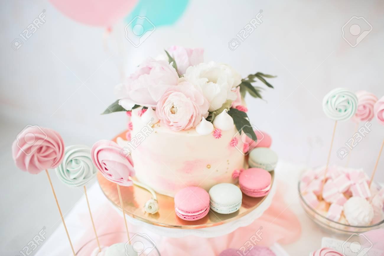 Rosa Kuchen Mit Frischen Blumen Weisser Hochzeitstorte Rosa