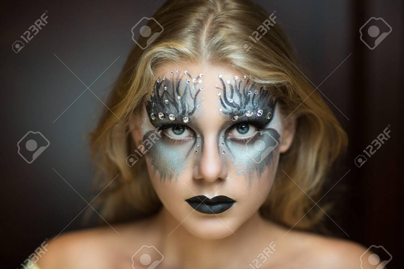 goteo de pintura de plata en la cara de mujer bonita arte conforman idea para