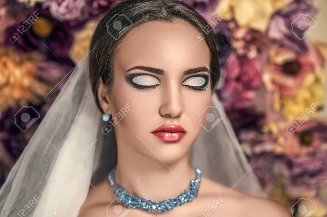 Joven Hermosa Chica Con Un Peinado De Moda Y Maquillaje Profesional - Peinado-de-moda