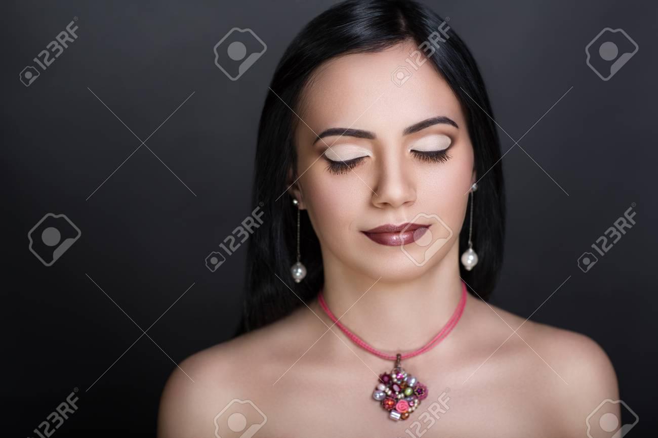 プロのメイクアップとヘアスタイ リングは美しい少女女性女性のポートレート、