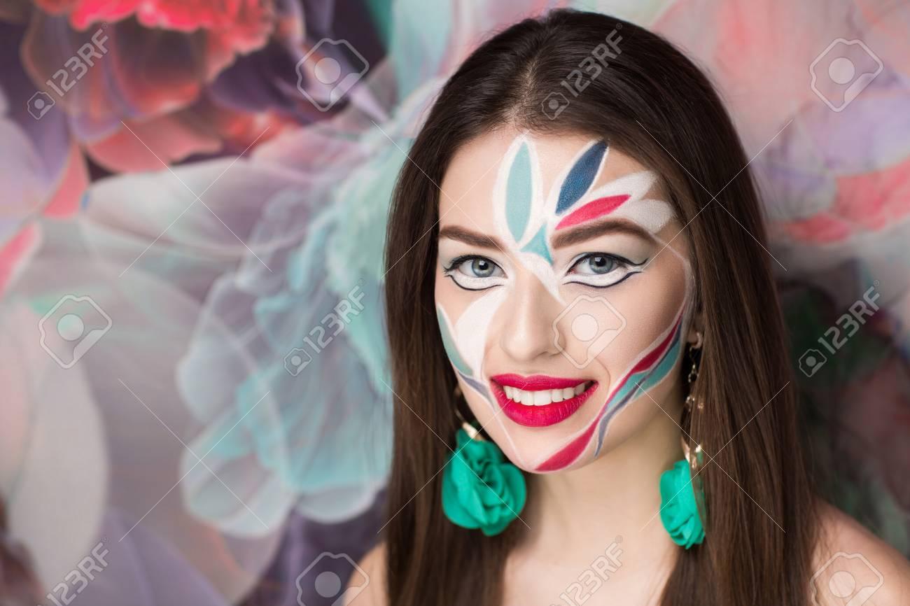 fb074a2a7d55 banque dimages maquillage cratif nouvelle ide peinture dart de corps gras  rouge bleu blanc folle nouvelle photo abstraite graphique sur with idee de  ...