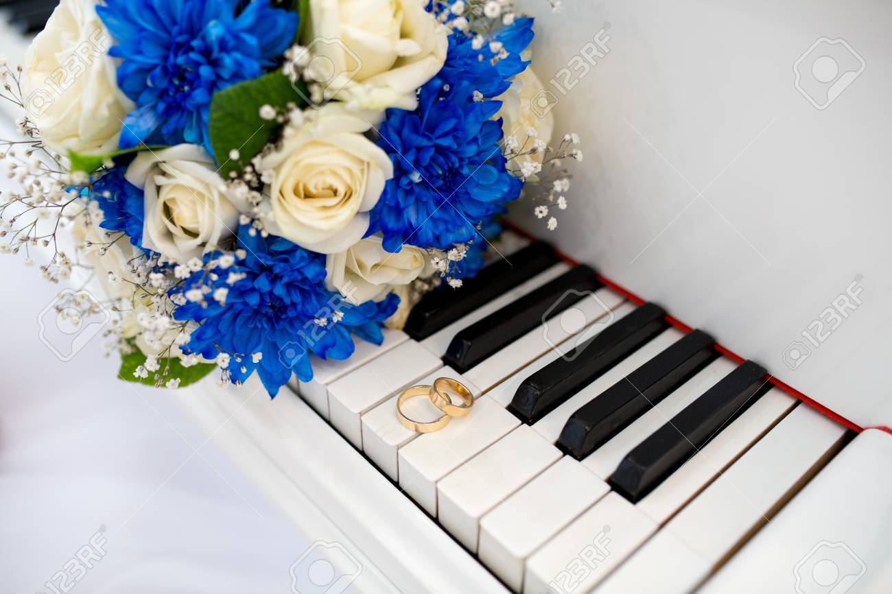 Big white black piano keys and two wedding rings flower bouquet big white black piano keys and two wedding rings flower bouquet composition of cream blue izmirmasajfo
