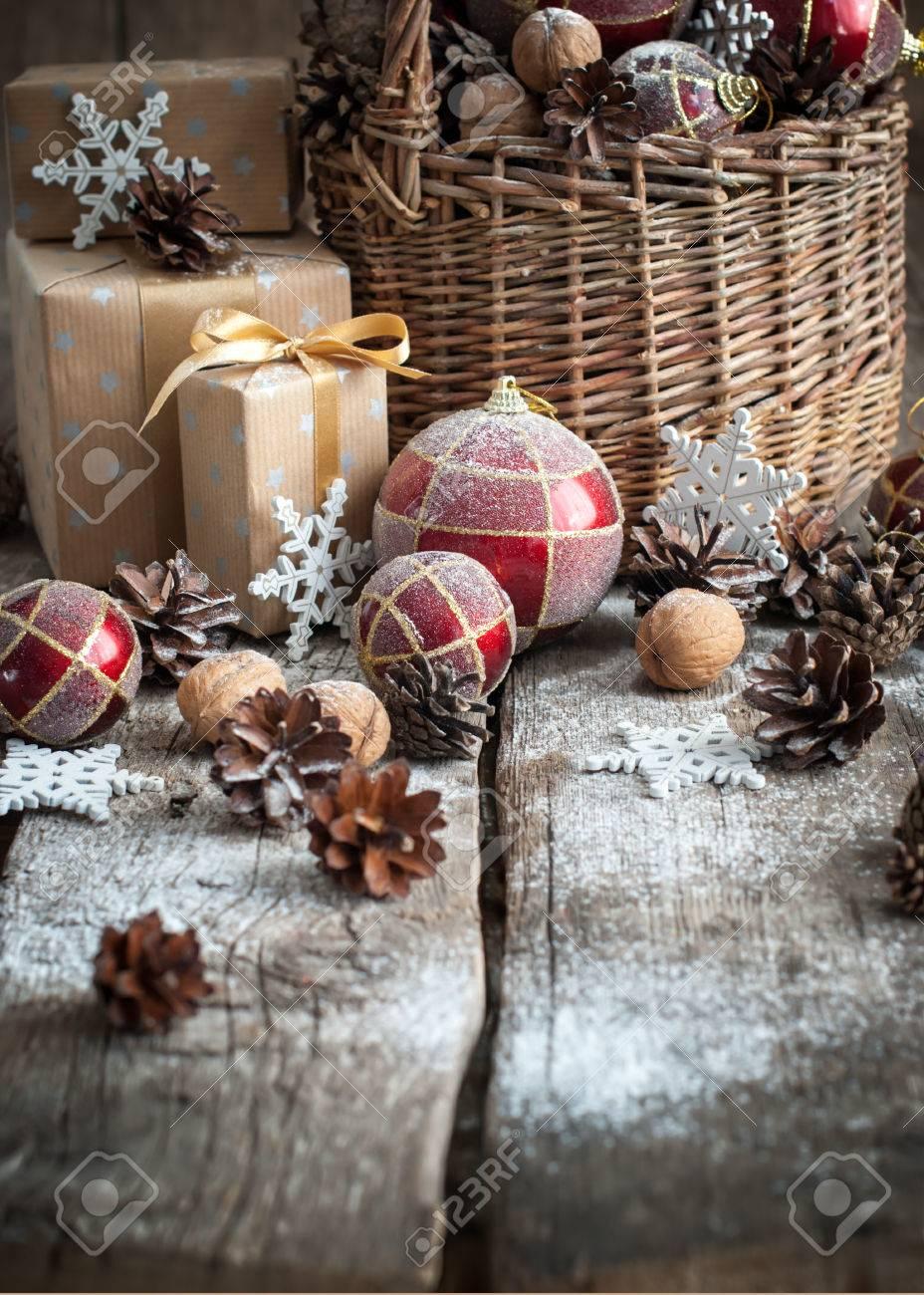 Weihnachtsgeschenke Mit Korb, Rote Kugeln, Tannenzapfen, Kästen ...