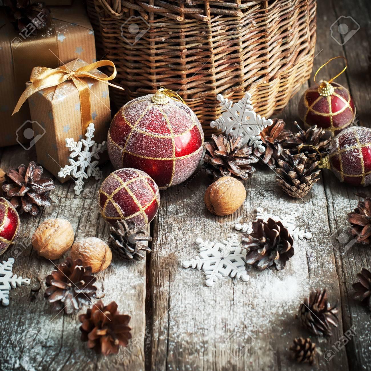 Natürliche Weihnachtsgeschenke Im Landhausstil Mit Korb Rot, Kugeln ...