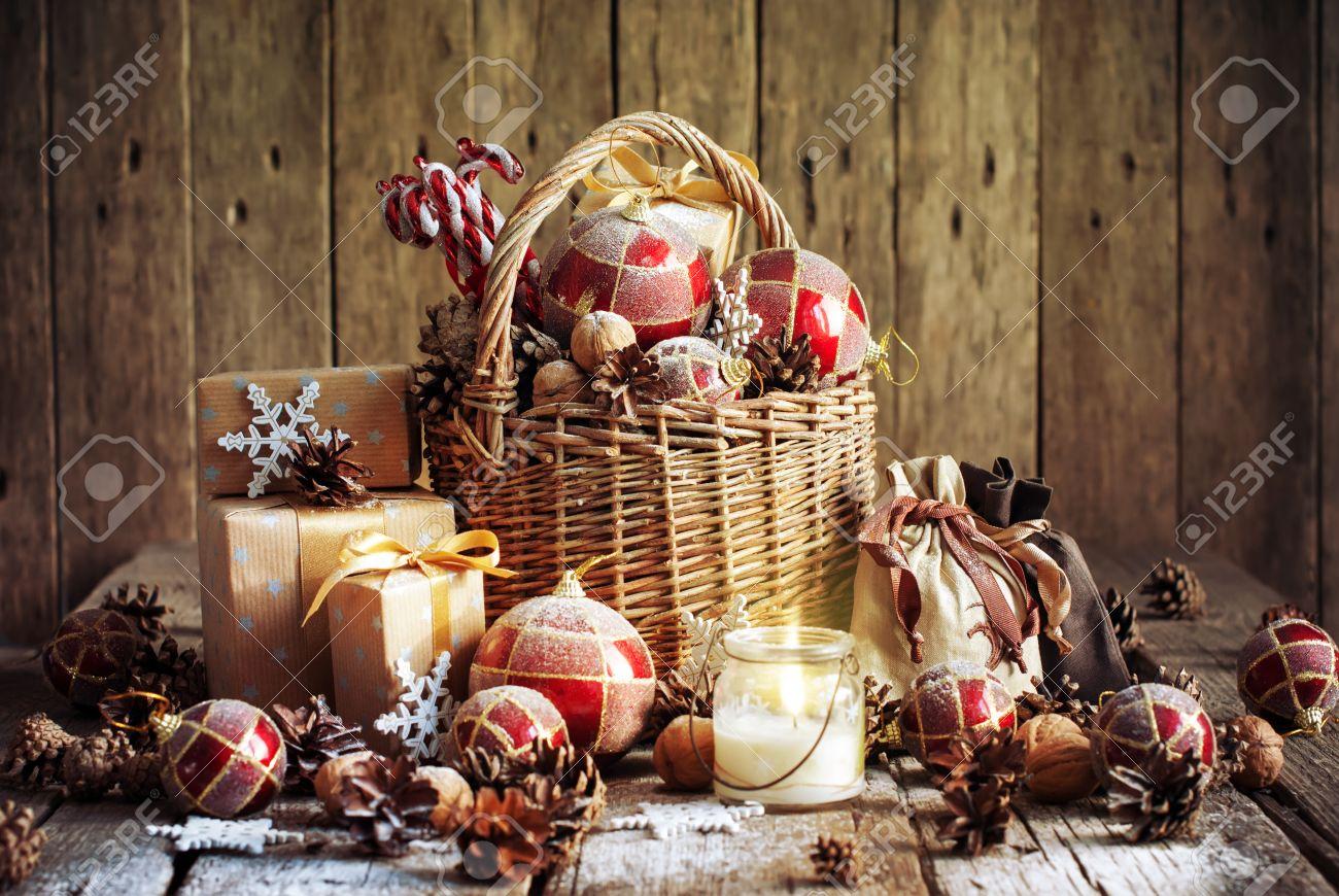 Weihnachtskorb Mit Weinlese-Geschenke Und Glänzende Kerze. Rote ...