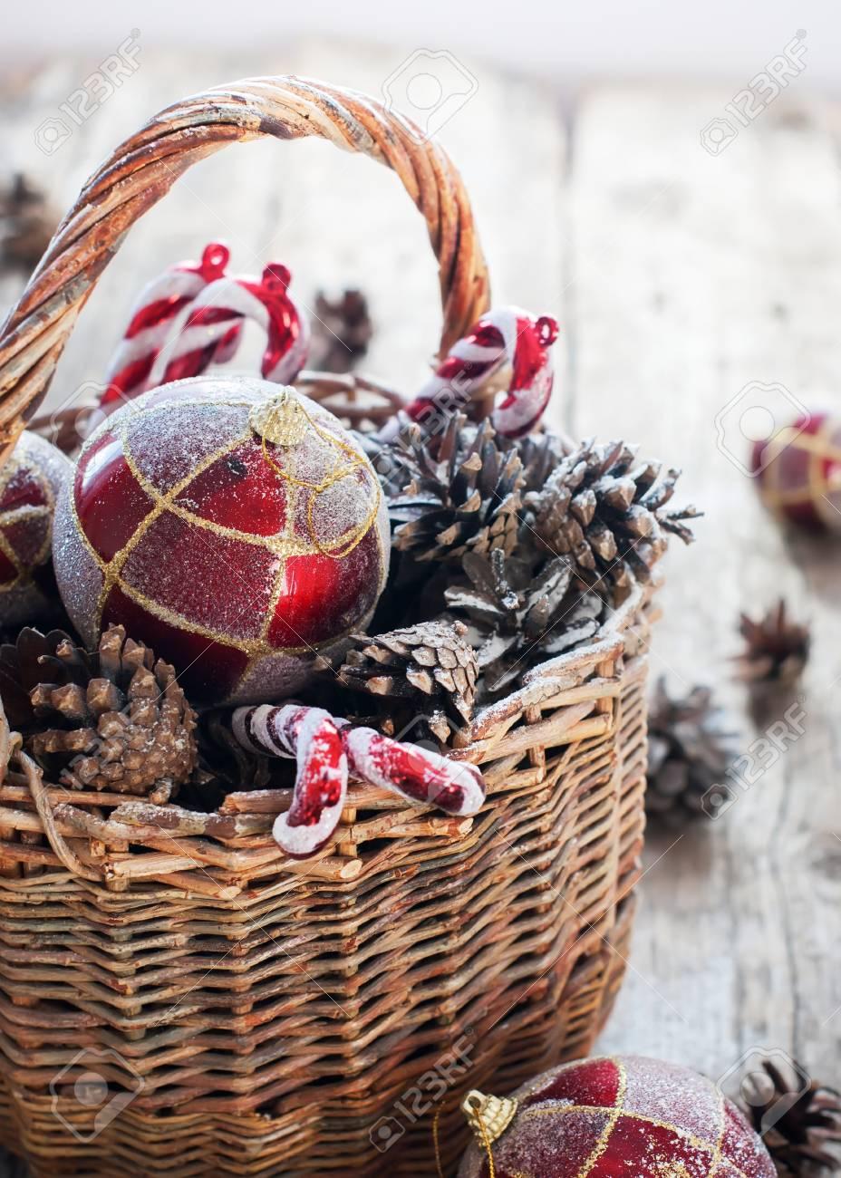 Weihnachten Vintage Geschenke Im Korb, Rot Gold-Kugeln, Tannenzapfen ...