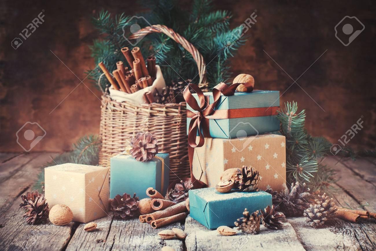 Festliche Geschenke Mit Boxen, Nadelbaum, Korb, Zimt, Tannenzapfen ...