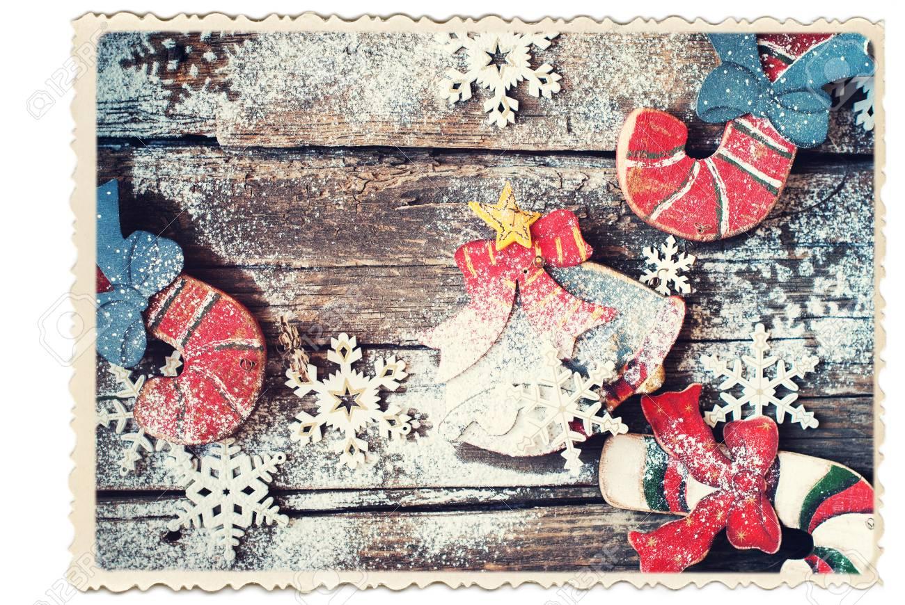 Carte rétro isolée sur blanc sapin de noël en bois jouets candy