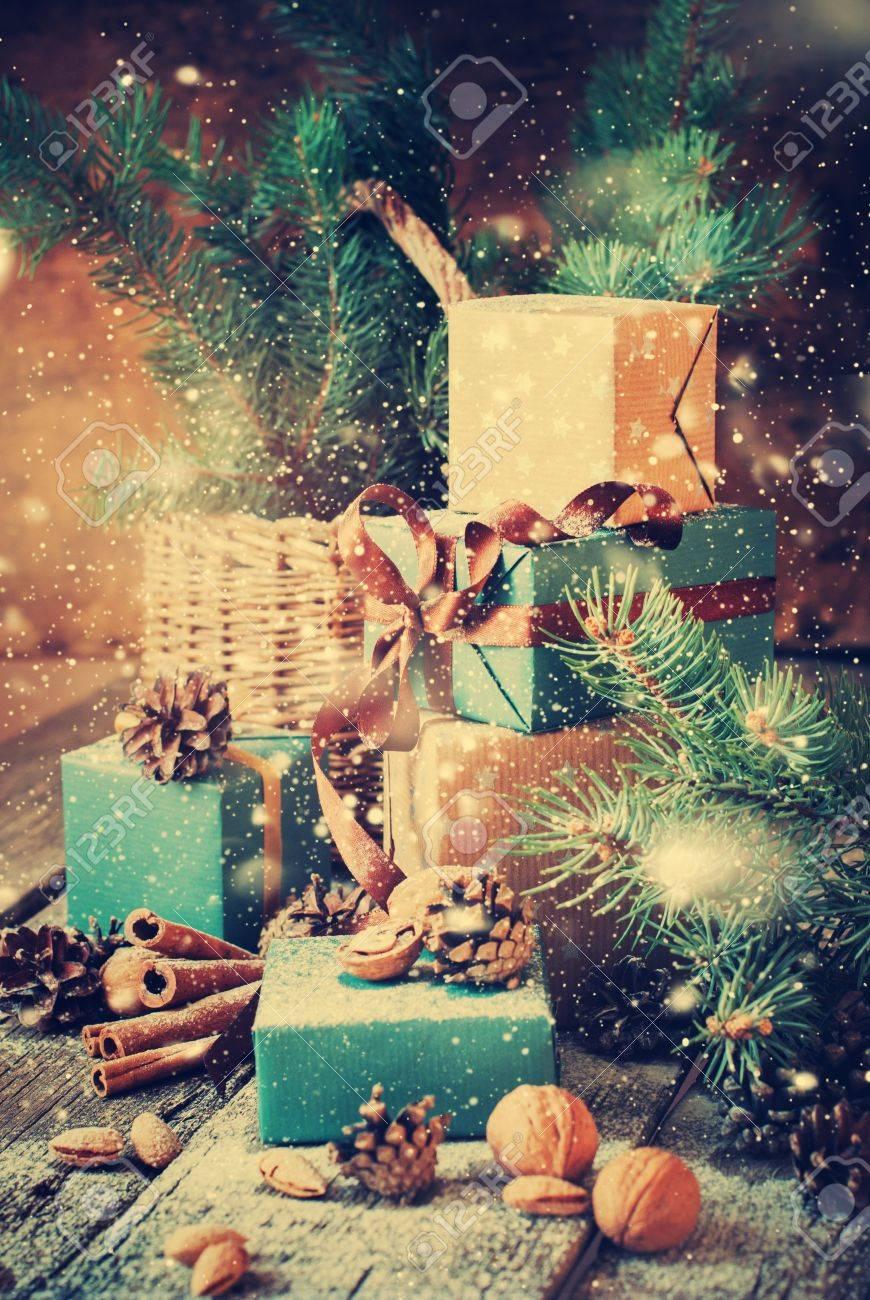 Weihnachtsgeschenke Mit Kästen, Nadel, Korb, Zimt, Tannenzapfen ...