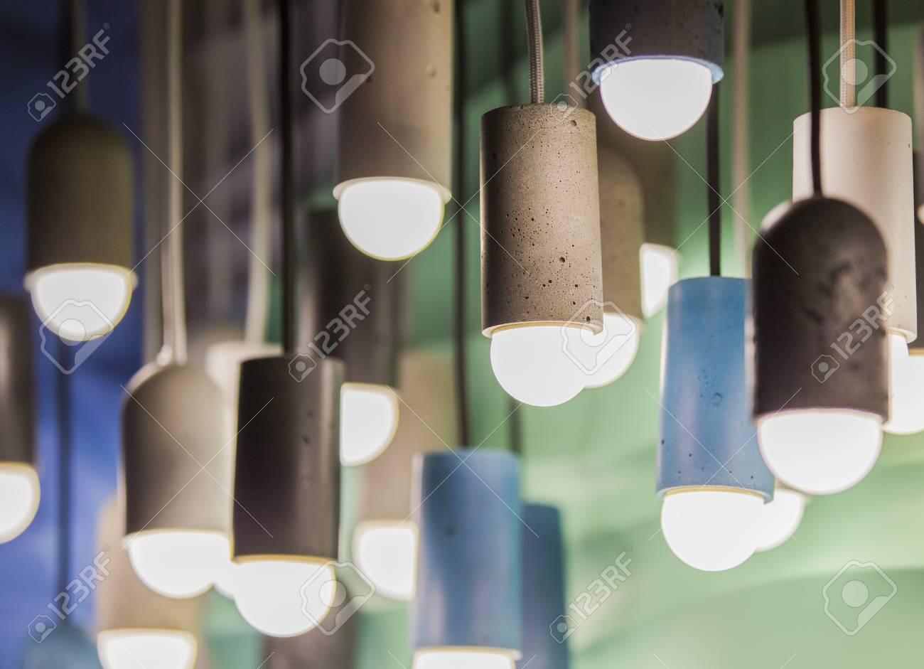 Plafoniere E Lampadari Moderni : Lampadine moderne in un caffè. plafoniere a soffitto. lampadario dal