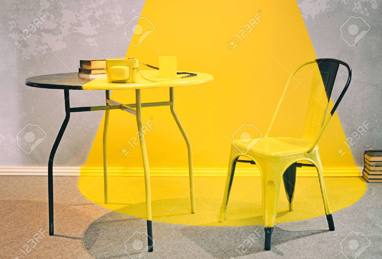 Vieux Intérieur Jaune Et Gris Avec Chaise Vintage Bureau Livres Et Photoapparat Salon Grunge Avec Mur De Ciment Raclé Et Peinture Jaune Comme Un